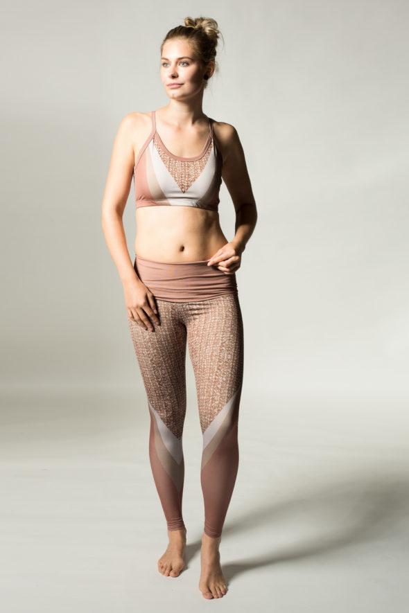 Frontansicht der Leggings Weaver. Yogaleggings mit breitem Klappbund.