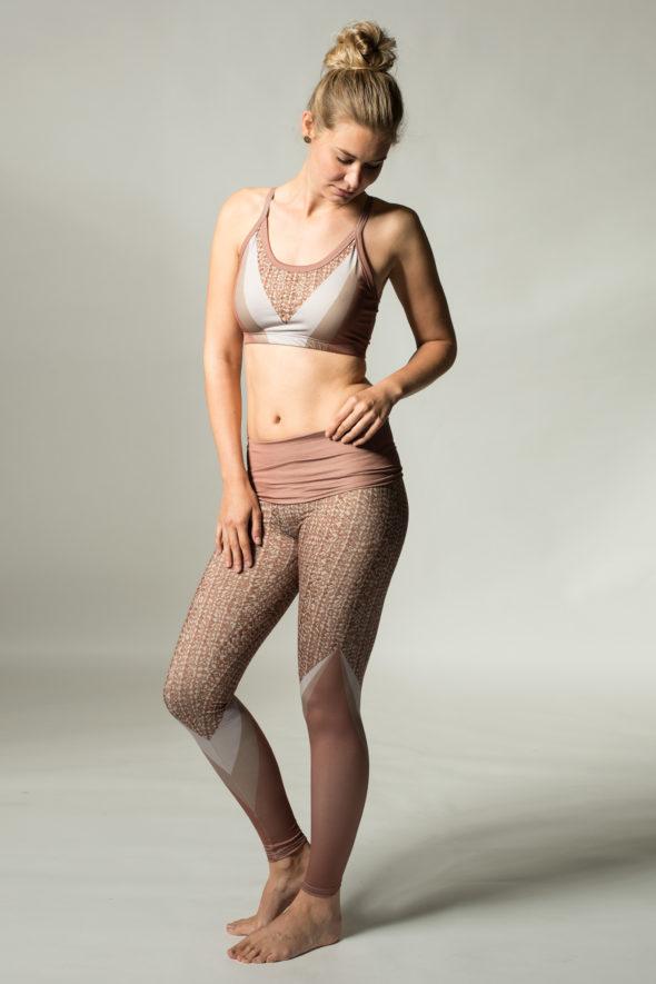 Seitensicht der altrosafarbenen Yogaleggings Weaver mit breitem Klappbund.