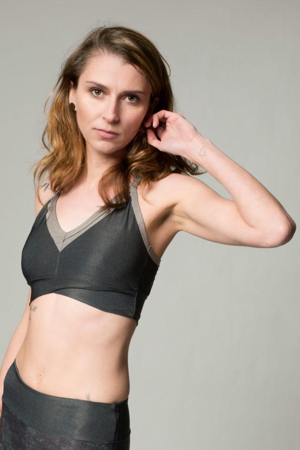 Seitenansicht Sportbustier Jade in dunkelgrün mit beigen Umrahmung am Ausschnitt