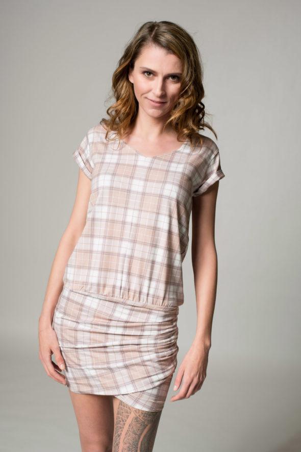 Kariertes Kleid namens Karo, Frontansicht mit Krempelärmel