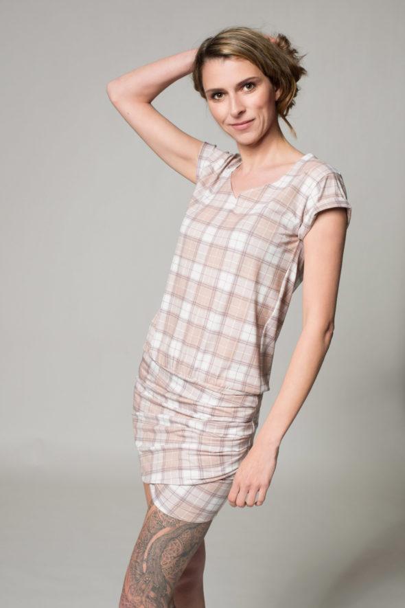 Seitenansicht des karierten Kleides namens Karo, drapiertes Rockteil in Falten gelegt, Krempelärmel und Rundhalsauschnitt