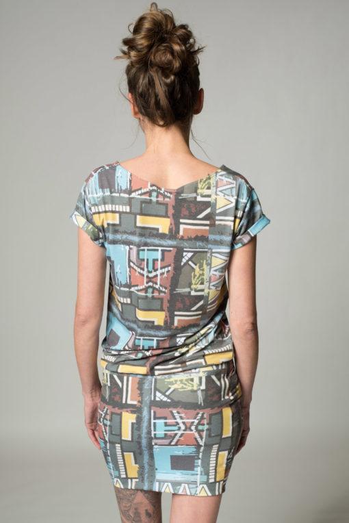 Rückansicht kariertes Kleid Karo mit Krempelärmel, Rundhalsauschnitt. Kleid ist in Beigetönen gehalten und und endet kurz über dem Knie.