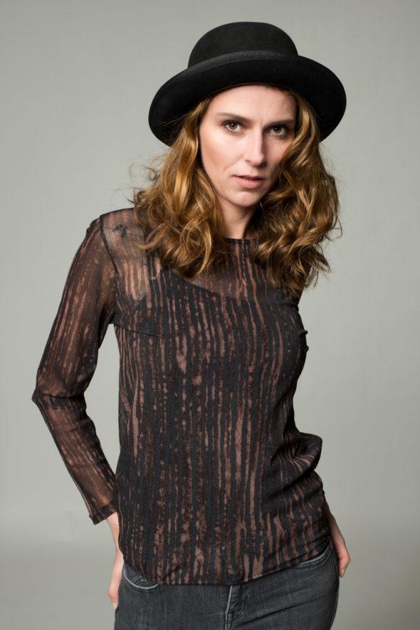 Frontansicht transparentes langärmliges Shirt Cortex aus dehnbarem Tüll mit einer schwarz-braunen Streifenstruktur bedruckt.
