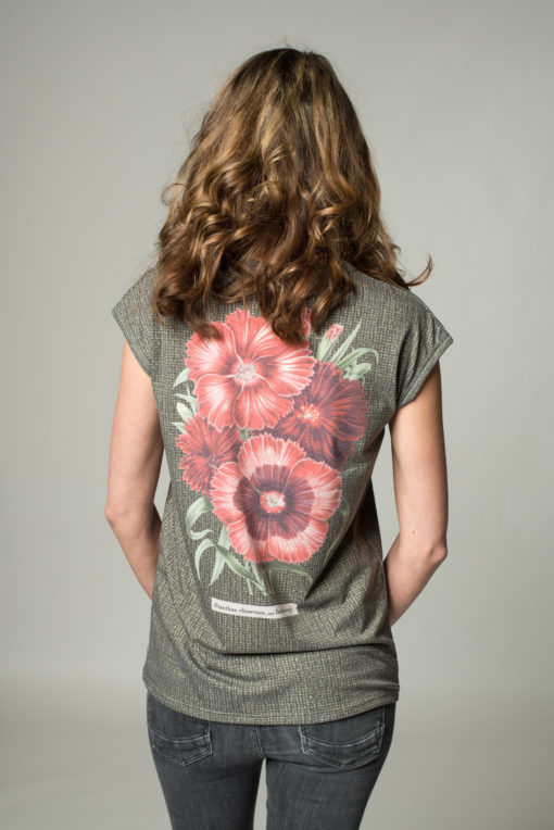 Rückansicht Shirt Kaisernelke mit aufgesteppter Brusttasche und Blumenprint auf der Rückseite.