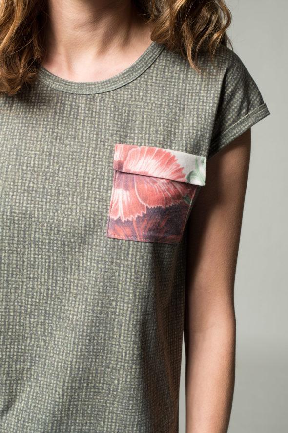 Detailansicht Kaisernelke mit aufgesteppter und mit Blumen bedruckter Brusttasche