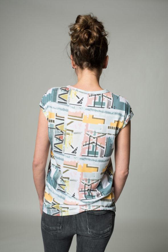 Rückansicht Shirt Vibes mit geometrischen Formen bedruckt