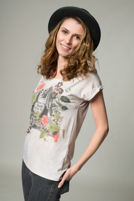 Seitenansicht Damen T-Shrits Kulinarik, beiges Shirt mit Totenkopf- Print auf der Vorderseite