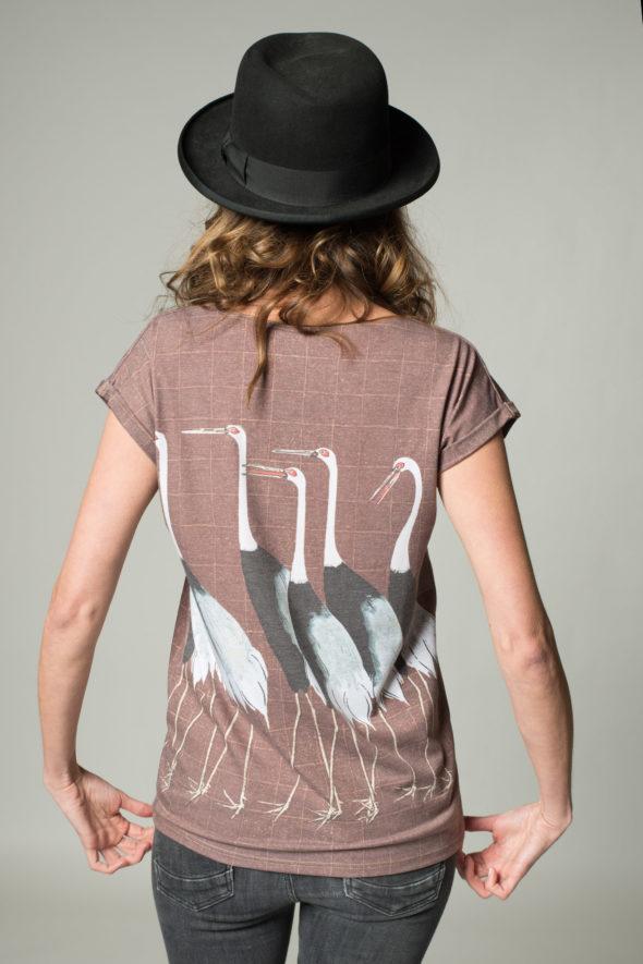 Rückansicht bedrucktes Shirt Kranich, braun kariert mit mehreren Kranichen
