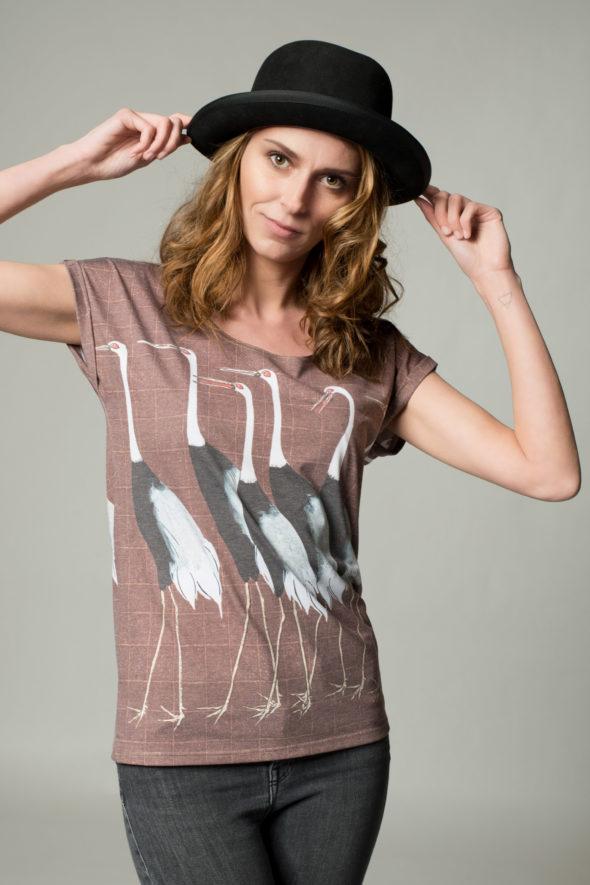Frontansicht Shirt Kranich, braun kariert mit gezeichneten Kranichen